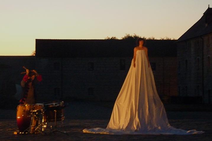 Ecriture et mise en scène Marie Chabauty, Jeu: Catherine Clerc - Musique: Nicolas Mathuriau en alternance avec Enguerrand Ecarnot. Aide au costume: Rolande barras.